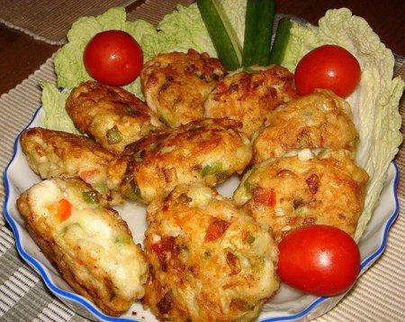 Котлеты из куриного мяса с овощами и сыром.