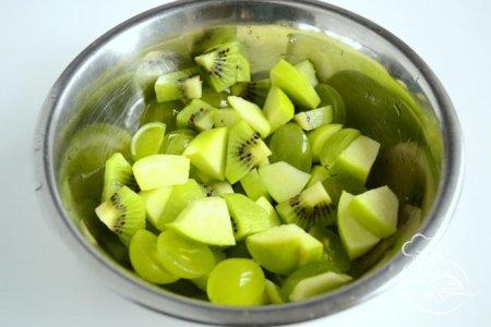 Салат с фруктами и мороженым