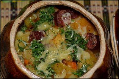 Картошка с охотничьими колбасками в горшочке
