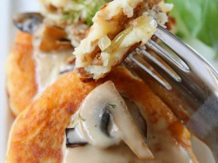 картофельные  оладьи с начинкой под грибным соусом - рецепт