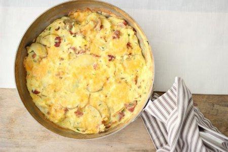 омлет на завтрак: бекон, картофель, зеленый лук и сыр