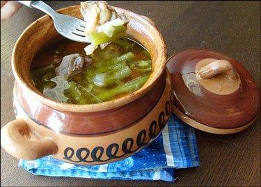 Зеленая фасоль с мясом в горшочке