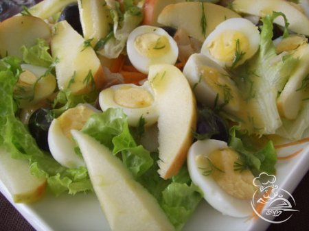 Салат из яблок, яиц и лука