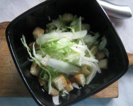 Диетический салат с гренками и овощами