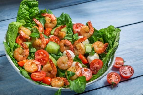 Весенний салат с жареными креветками