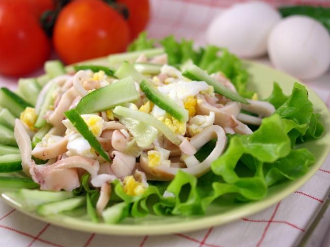 Салат с кальмарами «Пальчики оближешь»