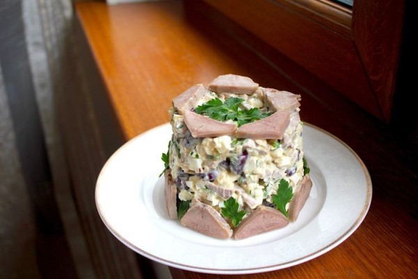 Праздничный салат со свиным языком и фасолью