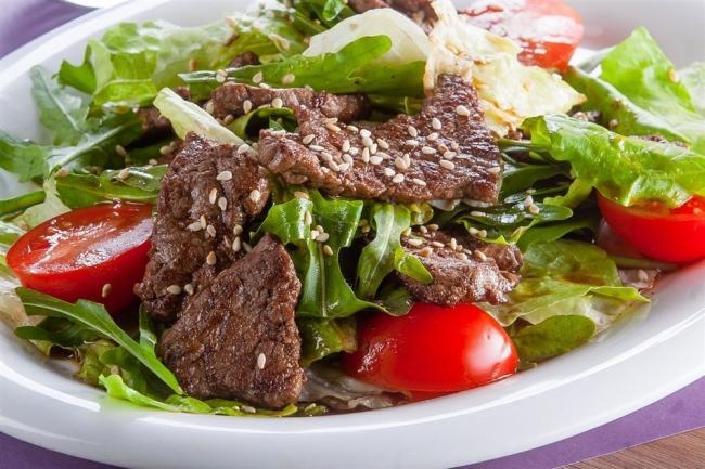 Салат с телятиной и пармезаном
