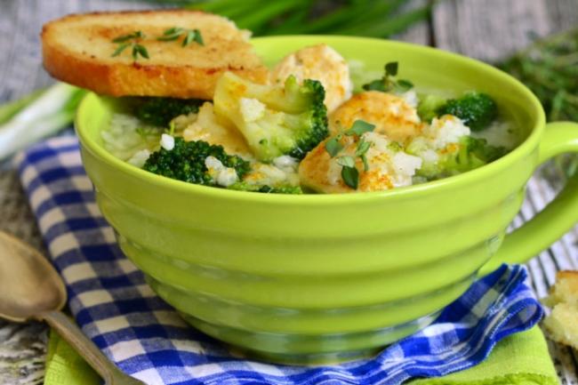 Суп с рисом, брокколи и куриными фрикаделькам