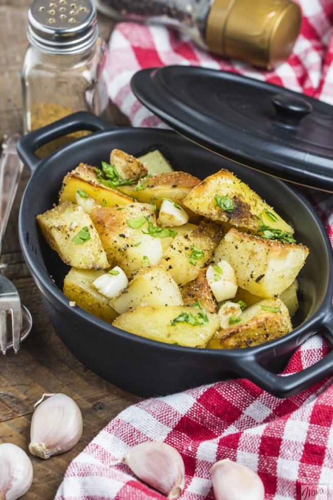 Запеченный картофель с чесноком и зеленью - «Второе блюдо»
