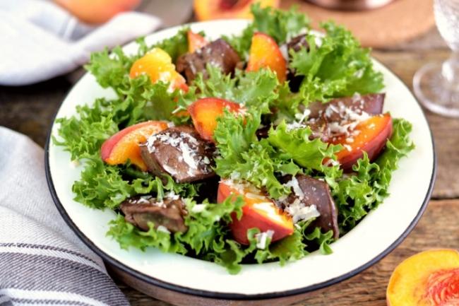 Салат из  куриной печени с персиками и пармезаном