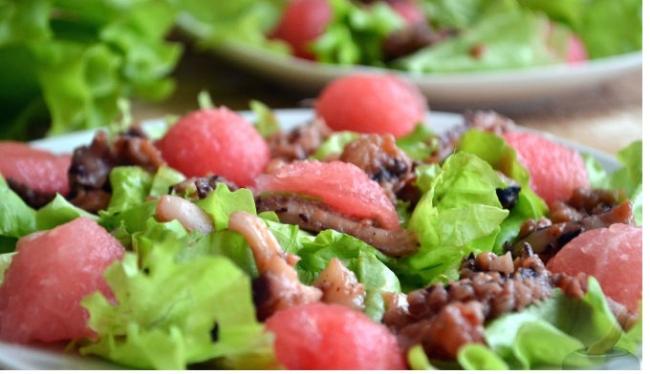 Салат из морепродуктов с арбузом