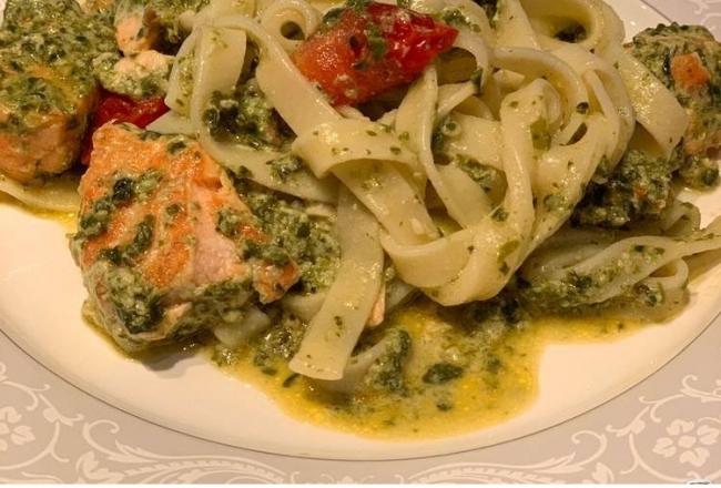 Паста с лососем и шпинатом в сливочном соусе