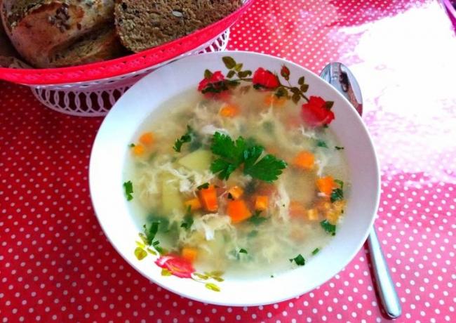 Куриный суп с жареной вермишелью и яичной болтушкой