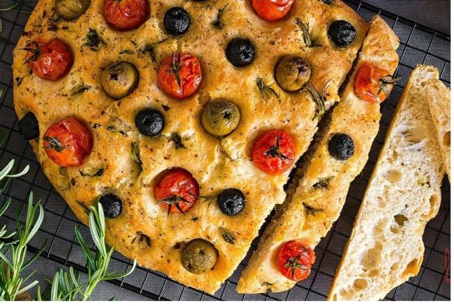 Фокачча c оливками, помидорами и розмарином