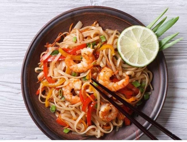 Рисовая лапша с креветками и тайской заправкой