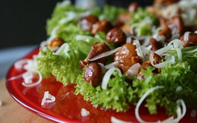 Вкусный и сытный салат из грибов-лисичек