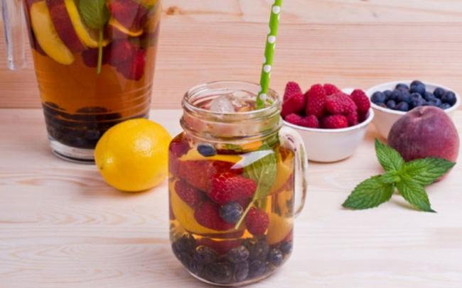 Тонизирующий холодный напиток с фруктами и ягодами