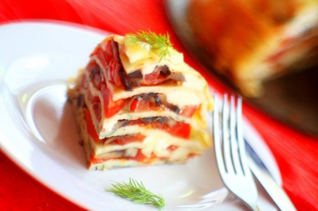 Блинный торт с грибами, сыром и помидорами