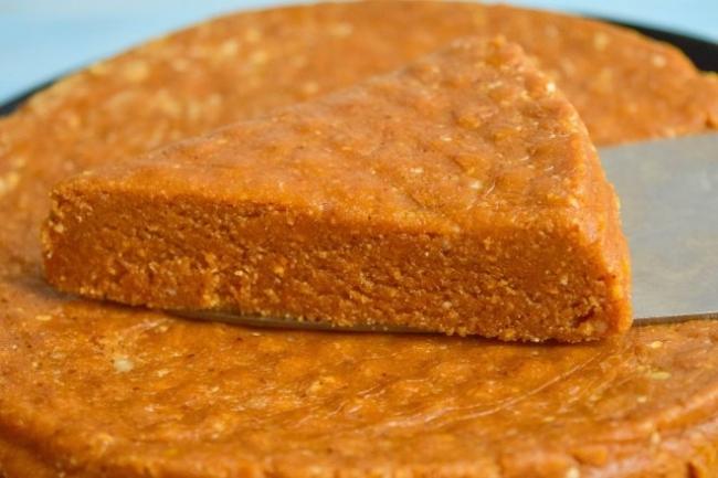 Торт из печенья с вареной сгущенкой и орехами без выпечки