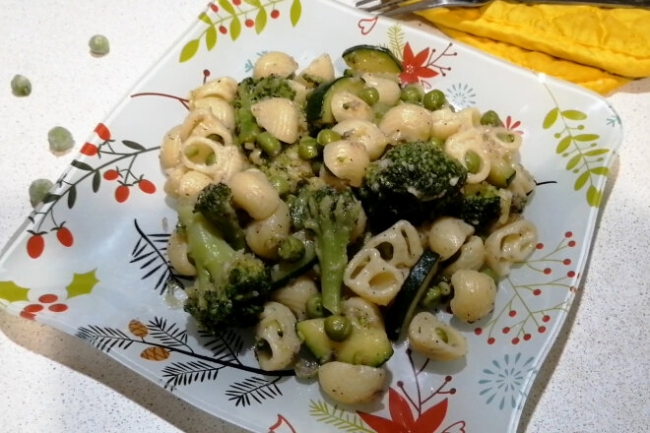 Паста с анчоусами, цукини, брокколи и зеленым горошком