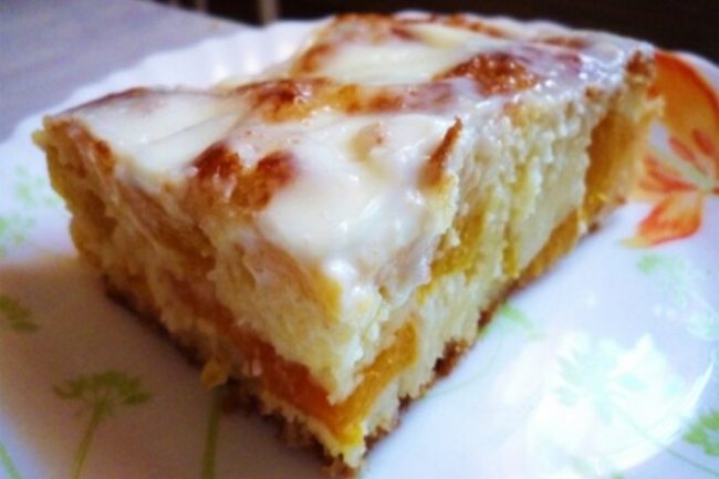 Домашний пирог с персиками под сметаной