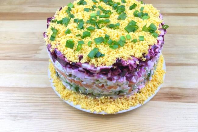 Слоеный салат Овощной торт с картошкой и колбасой