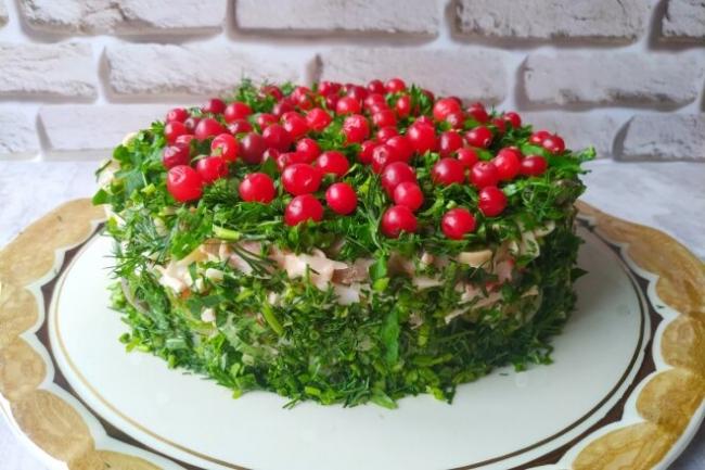 Слоеный салат с крабовыми палочками и маринованными грибами