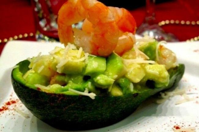 Порционный салат из авокадо с креветками