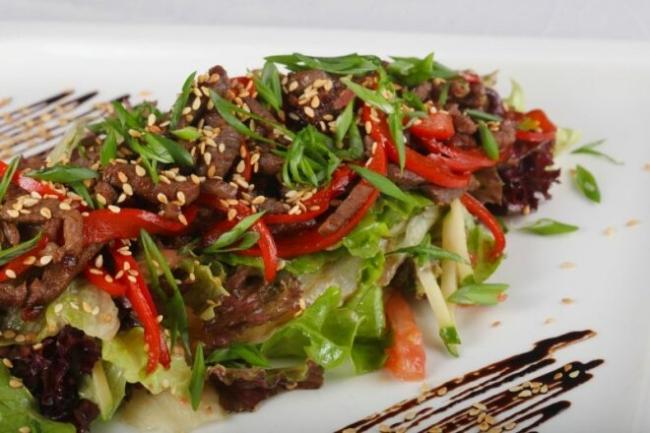 Тайский теплый салат с говядиной и пекинской капустой
