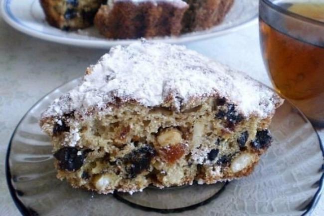 Бисквитный пирог с черносливом, орехами и курагой