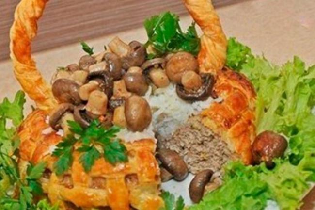 Слоёная корзинка с мясом, рисом и грибами