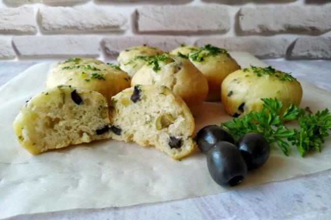 Закусочные дрожжевые булочки с оливками, зеленью и чесноком