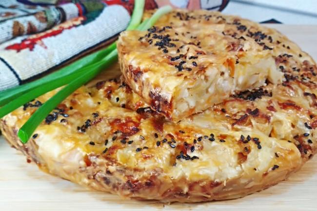 Крученый слоеный пирог с начинкой из капусты и курицы