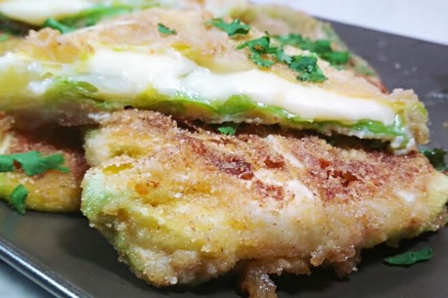 Конвертики из молодой капусты с сыром в панировочных сухарях