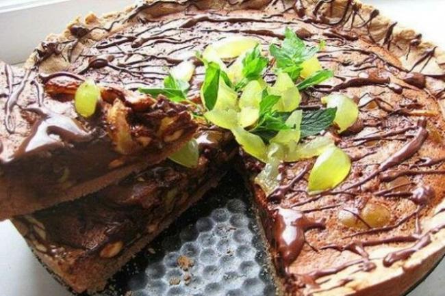Шоколадно-ореховый торт с виноградом