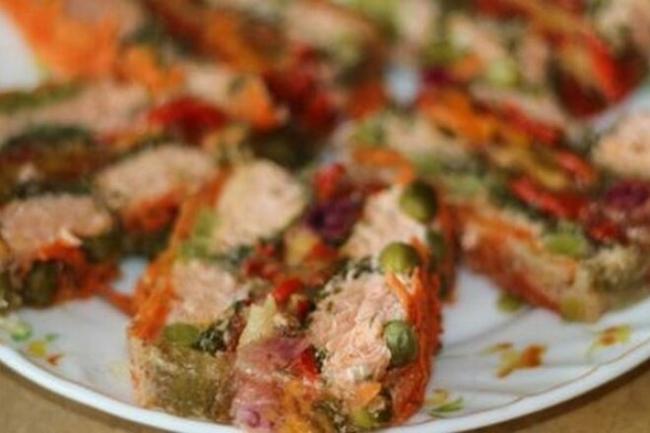 Рыбный торт с перцем, горошком и курагой
