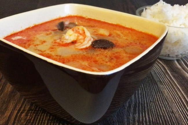 Острый тайский суп Том Ям с креветками