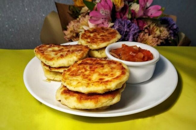 Сырники с рикоттой, пармезаном и томатным соусом