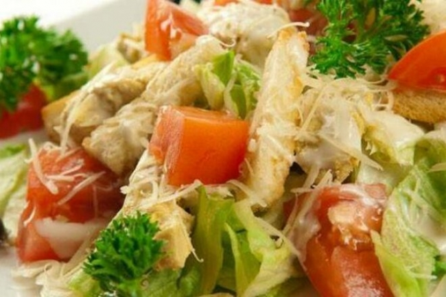 Салат «Цезарь» с креветками, пекинской капустой и болгарским перцем