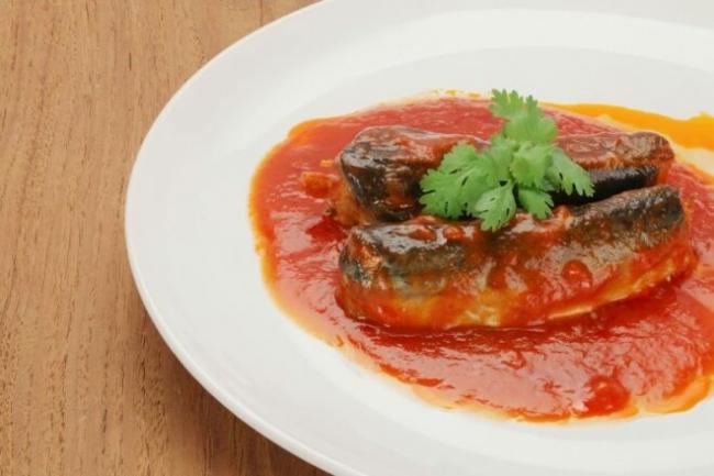 Мойва с овощами в томатном соусе на сковороде