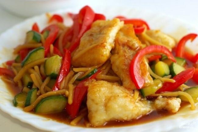 Тушеное рыбное филе с овощами в горшочках