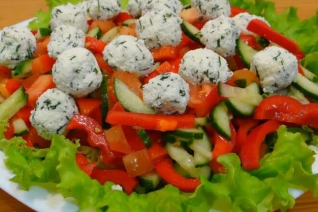 Овощной салат с шариками из брынзы и зелени