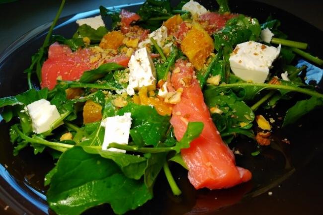 Салат с рукколой, семгой, апельсином и сыром фета