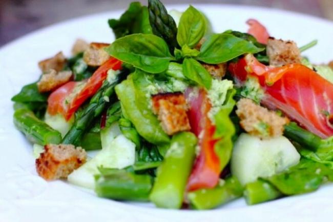 Салат со спаржей, копченым лососем и сухариками