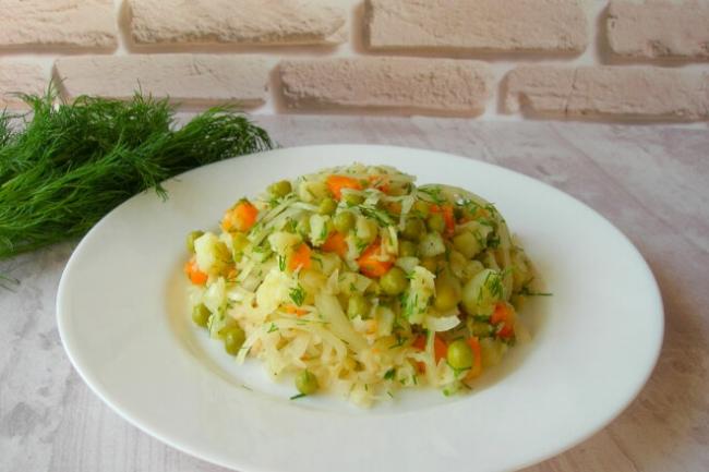 Картофельный салат с горошком и квашеной капустой