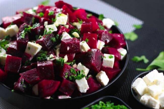 Салат «Зимний» с квашенной капустой и сыром фета
