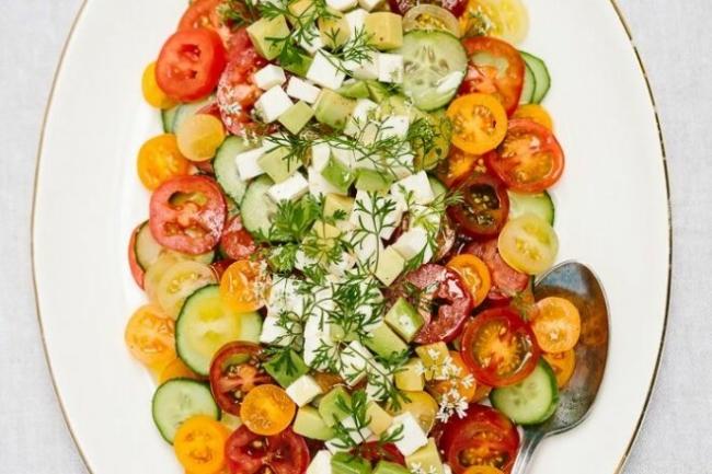 Помидорный салат с моцареллой и авокадо