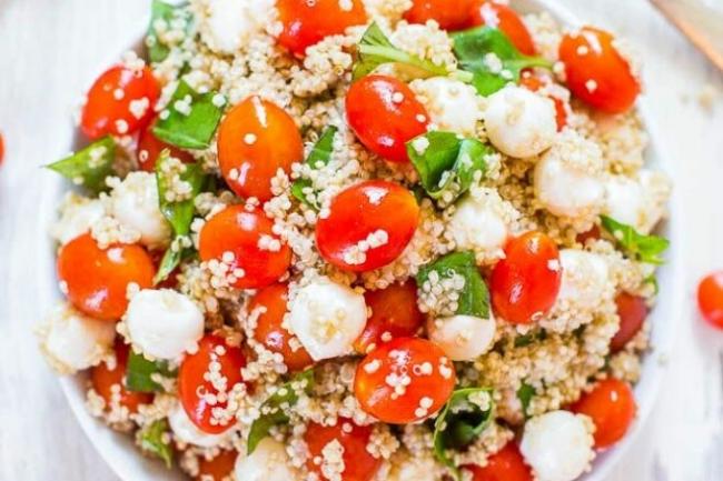 Салат из помидоров и киноа с моцареллой