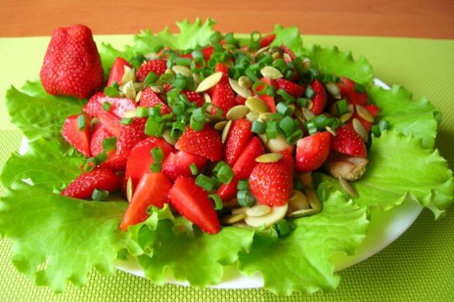 Салат с клубникой, курицей и грибами без заправки